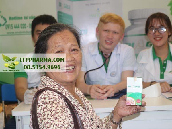 Hình ảnh người dân vui vẻ khi đến với khu tư vấn sức khỏe của Diagold