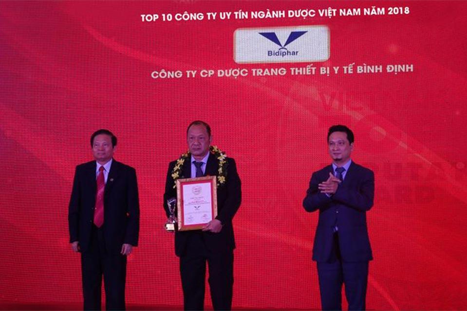 Hình ảnh tổng giám đốc Bidiphar nhận chứng nhận Top 10 công ty Dược Việt Nam uy tín năm 2018