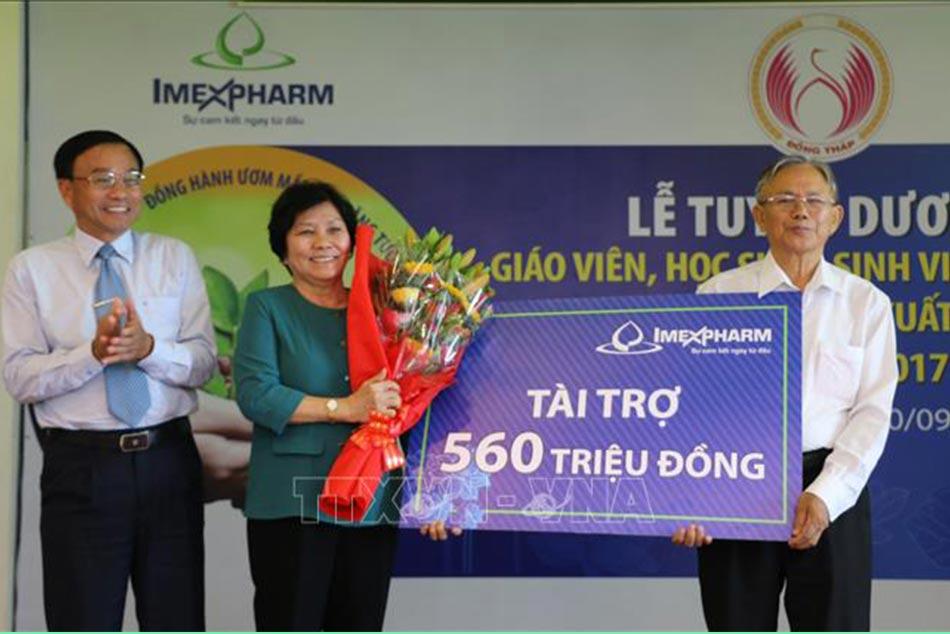 Hình ảnh tổng giám đốc công ty cổ phần dược phẩm Imexpharm đã tài trợ 560 triệu đồng khen thưởng học sinh, sinh viên, giáo viên