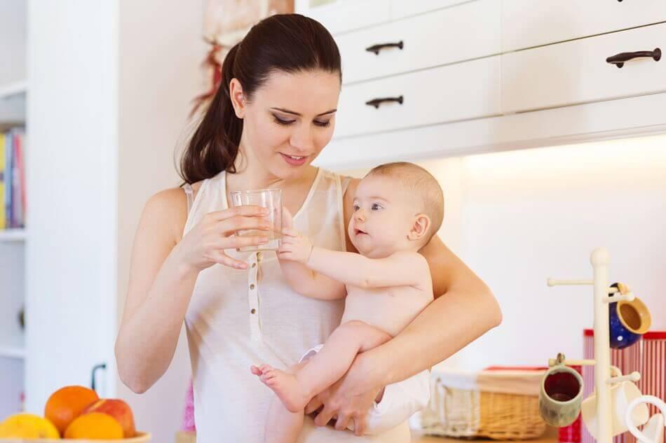 Bà đẻ uống nhiều nước để mát sữa