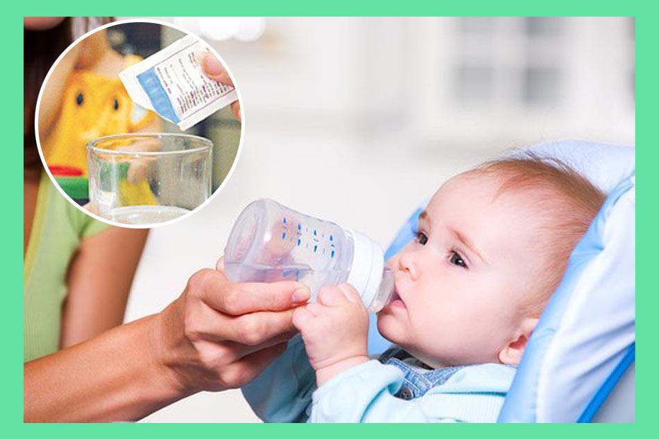 Giúp trẻ hạ sốt bằng cách cho trẻ uống nhiều nước hoặc uống oresol