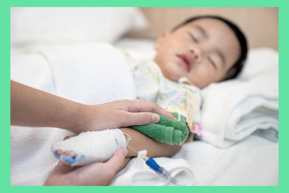 Lau người bằng nước ấm sẽ giúp trẻ hạ sốt một cách an toàn