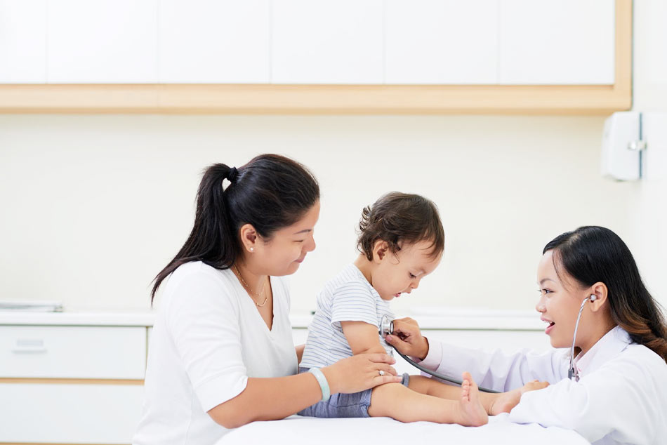 Khi nào cần đưa trẻ bị sốt đi khám bác sĩ ngay?