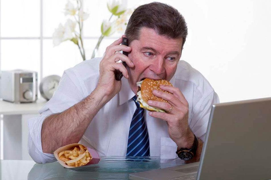 Chế độ ăn uống không lành mạnhlà một trong những nguyên nhân gây ra mụn bọc ở mũi