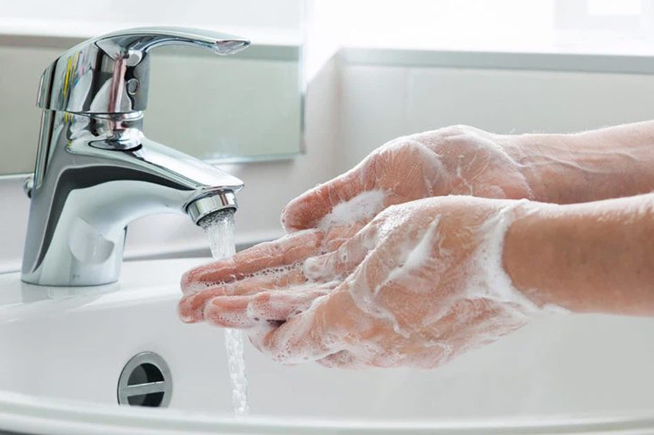 Vệ sinh sạch sẽ tay trước khi chạm vào mặt
